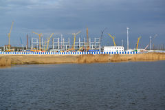 Mening van een bouwterrein van stadion voor het uitvoeren van spelen van theFIFAwereldbeker van 2018 Kaliningrad Stock Foto's