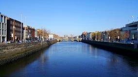 Mening van een brug op een rivier in Dublin Stock Afbeeldingen