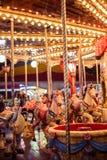 Mening van een carrousel bij nacht stock foto