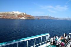 Mening van een cruiseschip aan de kleine stad van Oia op de bovenkant van royalty-vrije stock foto