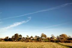 Mening van een Europees dorp met chalet-stijl huizen stock foto's