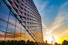 Mening van een fragment van de voorgevel van een modern gebouw stock foto's