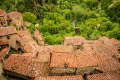 Mening van een groene vallei in Sorano over rode daken Stock Afbeelding