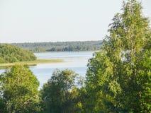 Mening van een groot die meer, aan alle kanten door bos, van de hoogte van de heuvel wordt omringd stock foto's