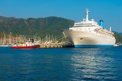 Mening van een grote voering van de cruisepassagier Stock Afbeeldingen