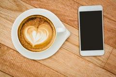 Mening van een hart uit koffie wordt samengesteld die Stock Afbeelding