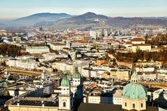 Mening van een hoog punt aan de historische stad van Salzburg Een stad in westelijk Oostenrijk, het kapitaal van de staat van Stock Foto's