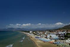 Mening van een hoogte Sperlonga met wit zandstrand en blauwe overzees, de Provincie van Latina in zuidelijke Lazio Italië Royalty-vrije Stock Foto's