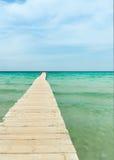 Mening van een houten pijler over de oceaan Royalty-vrije Stock Foto