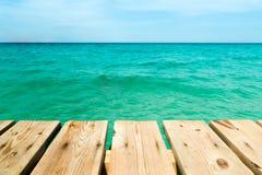 Mening van een houten pijler over de oceaan Stock Foto