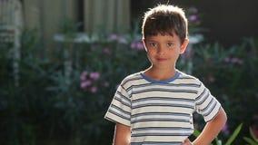 Mening van een jongen in zonlicht stock footage