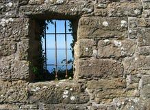Mening van een kasteelvenster stock foto