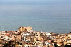 Mening van een kleine kuststad stock afbeeldingen