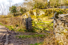 Mening van een landbouwbedrijfpoort in het Engelse meerdistrict Stock Afbeeldingen