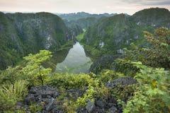 Mening van een meer en een bos van een heuvel Stock Afbeeldingen