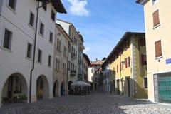Mening van een middeleeuwse oude straat, Spilimbergo, Italië Stock Foto's