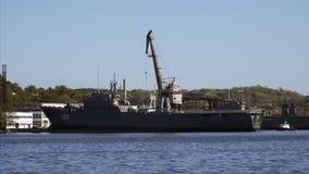 Mening van een modern oorlogsschip in de haven van Havana stock footage