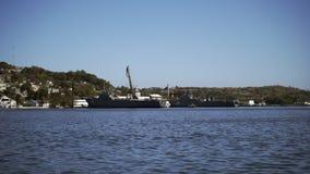 Mening van een modern oorlogsschip in de haven van Havana stock video
