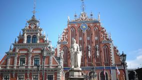 Mening van een monument aan Roland bij Stad Hall Square tegen het achtergrondhuis van de Meeëters van Riga Letland stock video
