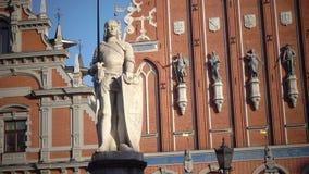 Mening van een monument aan Roland bij Stad Hall Square tegen het achtergrondhuis van de Meeëters van Riga Letland stock videobeelden