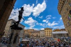 Mening van een overvolle Piazza della Signoria in Florence, Toscanië, Italië stock fotografie