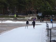 Mening van een park waar de mensen schaatsen en niet bevriezen Stock Foto