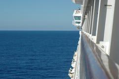 Mening van een patrijspoort langs een cruiseschip Royalty-vrije Stock Foto's