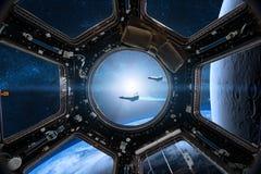 Mening van een patrijspoort van ruimtestation op de Aardeachtergrond e Stock Foto
