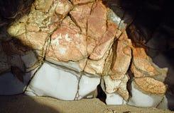 Mening van een rotsvorming binnen van een overzees hol bij Fishermans-Inhamstrand in Laguna Beach, Californië stock afbeelding
