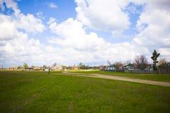 Mening van een Russisch dorp met landweggen stock foto
