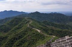 Mening van een sectie van de Grote Muur van China en de omringende bergen in Mutianyu Royalty-vrije Stock Foto