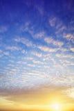 Mening van een spectaculaire hemel bij zonsondergang Royalty-vrije Stock Foto's