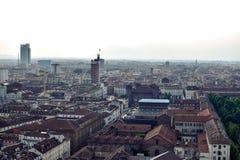 Mening van een stad met een witte achtergrond toe te schrijven aan de mist en de verontreiniging van het Royalty-vrije Stock Foto's