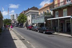 Mening van een straat met toeristen in het Franse Kwart in de stad van New Orleans, Louisiane Stock Fotografie