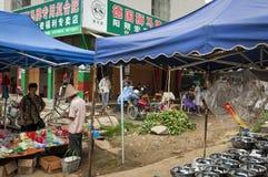 Mening van een straatmarkt bij het Fuli-Dorp in het platteland van zuidelijk China Stock Foto's