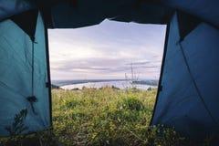 Mening van een toeristische tent in de zomerochtend, mooi hemel en meer op achtergrond Royalty-vrije Stock Foto