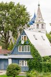 Mening van een traditioneel blokhuis en Suzdal het Kremlin op de achtergrond royalty-vrije stock afbeelding