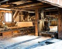 Mening van een traditionele oude zaagmolen met oude machines en hulpmiddelen royalty-vrije stock foto