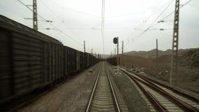 Mening van een trein die zich op het Tibetaanse plateau bewegen stock video
