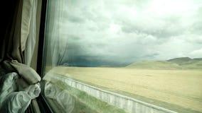 Mening van een trein die zich op het Tibetaanse plateau bewegen stock footage