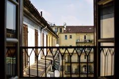 Mening van een typische Italiaanse binnenlandse binnenplaats van de hoogste vloer van het gebouw door een venster volledige dag Stock Foto's