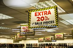Mening van een Verkoopbevordering 20 die over in winkel vliegen - het Winkelen concept Stock Foto's