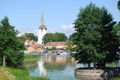 Mening van een waterkantstad Stock Afbeeldingen