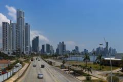 Mening van een weg die tot het de Stads` s financiële district van Panama leiden in de Stad van Panama, Panama Royalty-vrije Stock Fotografie