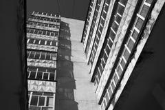 Mening van een woningbouw met meerdere verdiepingen met balkons stock foto