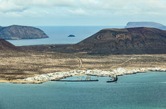 Mening van eilandla Graciosa met de stad Caleta DE Sebo Royalty-vrije Stock Fotografie