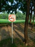 Mening van einde rokend teken in een park Stock Afbeeldingen