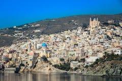 Mening van Ermoupolis in Syros-eiland (Griekenland) van het overzees Stock Afbeeldingen
