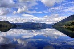 Mening van Etnefjorden dichtbij Etne in Hordaland-provincie, Noorwegen stock afbeelding