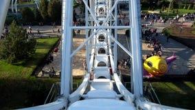 Mening van Ferris Wheel bij het Pretpark Divo Ostrov in St. Petersburg Rusland stock videobeelden